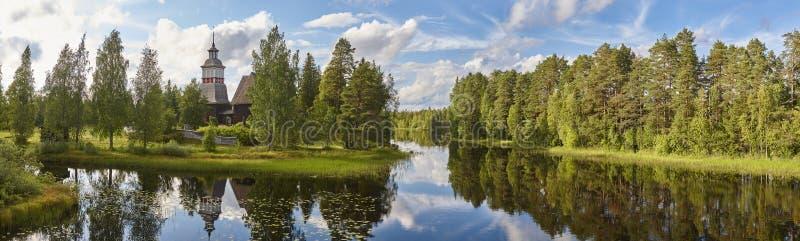 Paysage de la Finlande avec la forêt et le lac Église de Petajavesi Trave photo stock