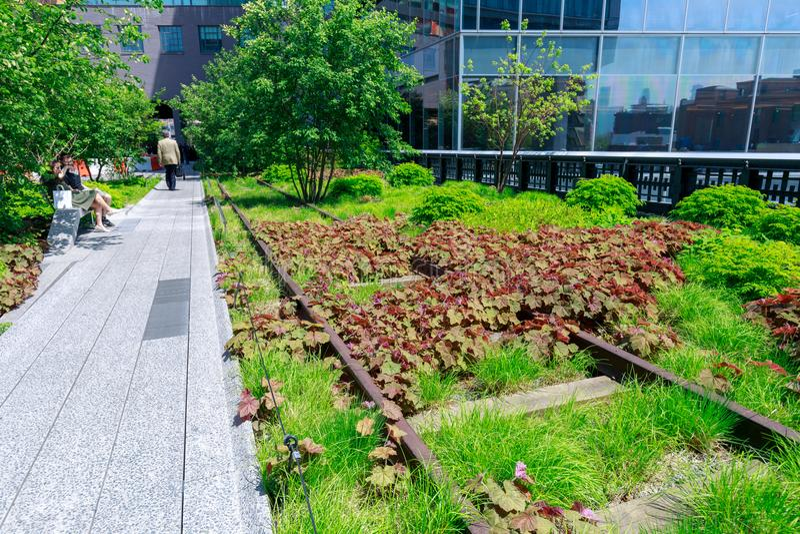Paysage de la ligne élevée Parc public urbain sur une ligne de rail historique de fret, New York City, Manhattan photos stock