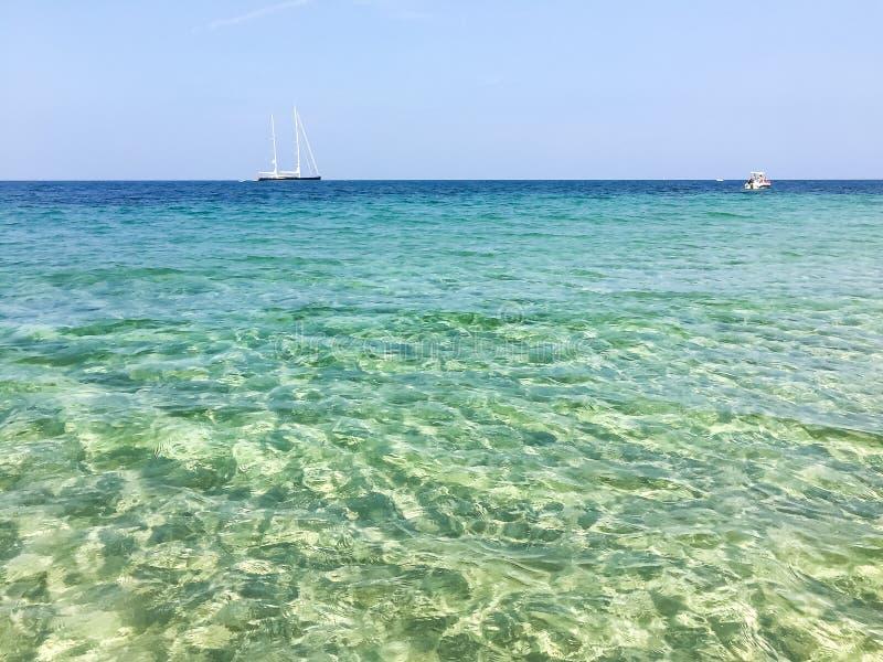 Paysage de la mer Méditerranée avec le yacht et le bateau, San Vito Lo Capo, Sicile image stock