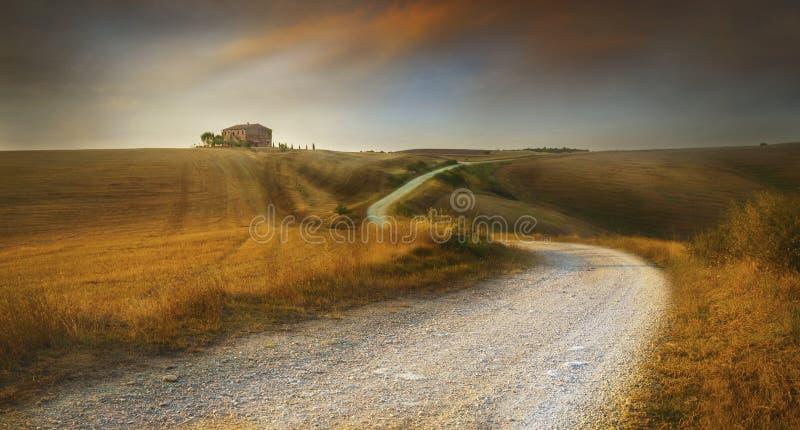 Paysage de la Toscane avec la maison de ferme au coucher du soleil images stock