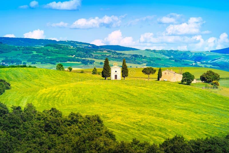 Paysage de la Toscane, chapelle de Vitaleta, peu d'église en Val d Orcia photos stock