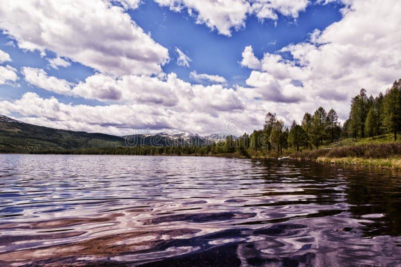 Paysage de lac mountain avec le beaux ciel et nuages image stock