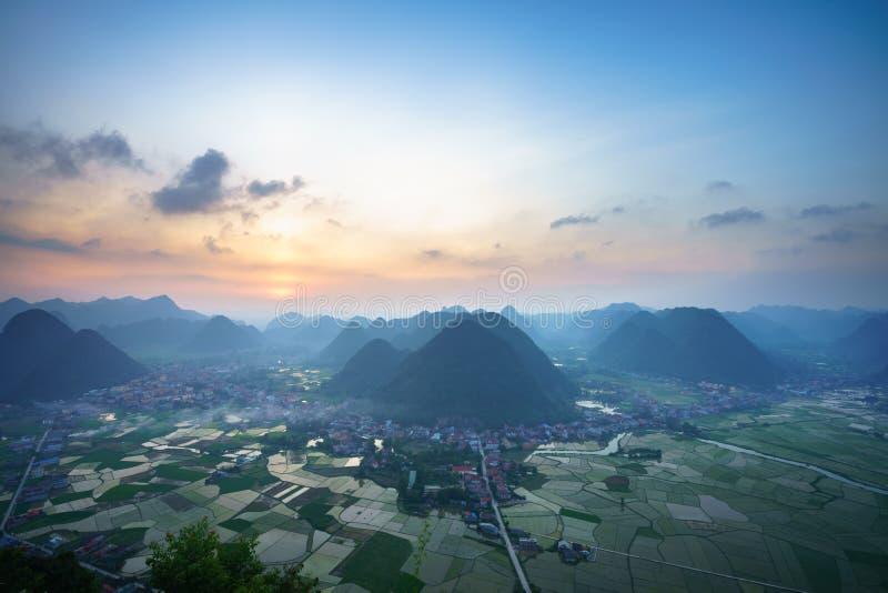 Paysage de lever de soleil du Vietnam avec le gisement et la montagne de riz en vallée de Bac Son au Vietnam image stock