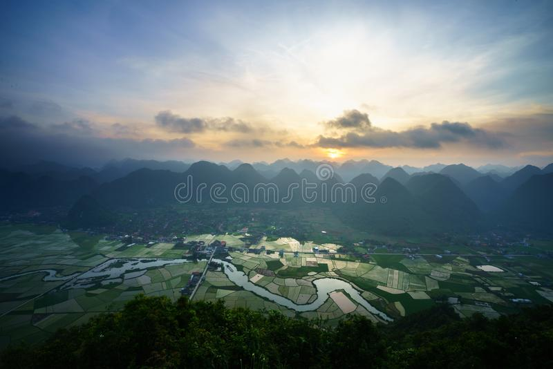 Paysage de lever de soleil du Vietnam avec le gisement et la montagne de riz en vallée de Bac Son au Vietnam photographie stock libre de droits