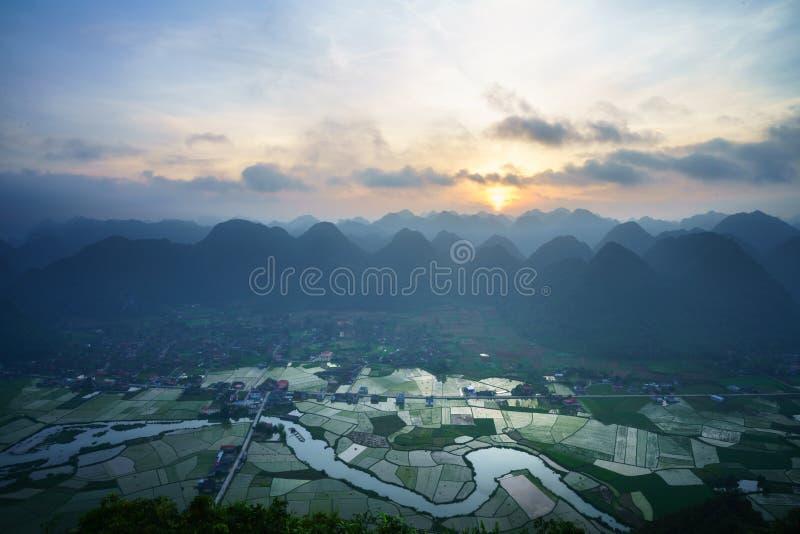 Paysage de lever de soleil du Vietnam avec le gisement et la montagne de riz en vallée de Bac Son au Vietnam photographie stock