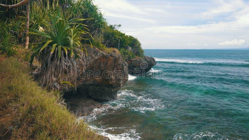 Paysage de littoral de DUA de Nusa avec les roches, la végétation lumineuse et l'océan d'azur banque de vidéos