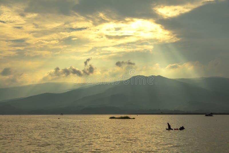 Paysage de lumière du soleil de lac sur le fond de clound photo stock
