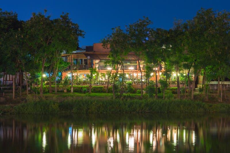 Paysage de maison en bois près de rive la nuit photographie stock