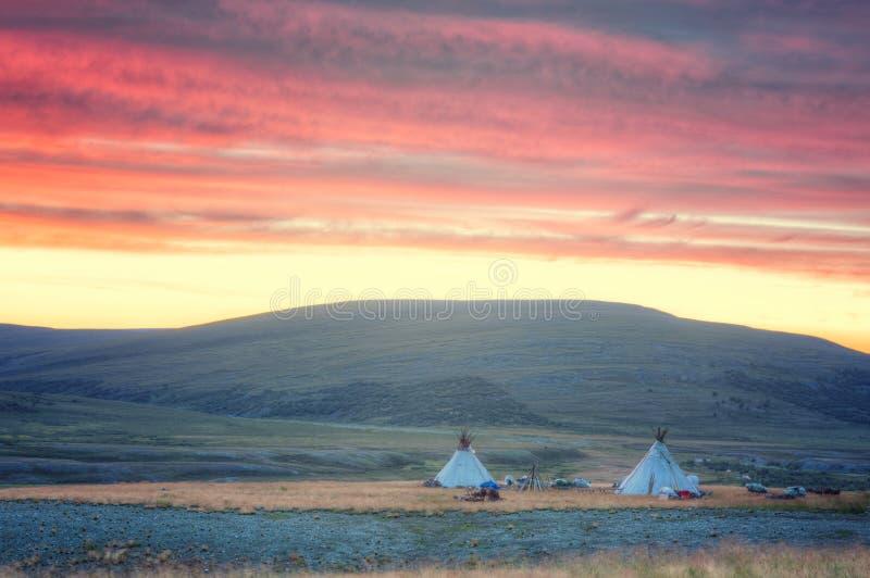 Paysage de matin avec des logements des bergers nomades de renne images libres de droits