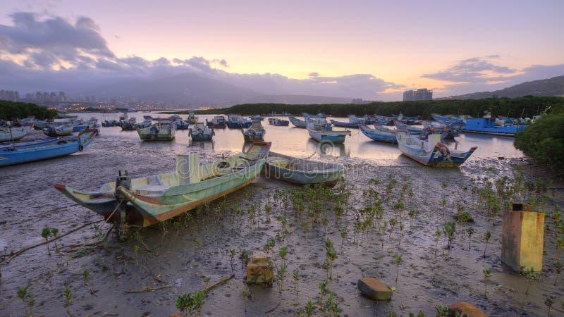 Paysage de matin avec les bateaux échoués sur la rivière de Tamsui pendant une marée basse image stock