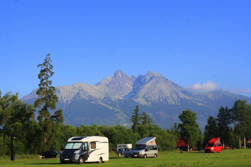 Paysage de matin avec un camping en montagnes de haut Tatras, Slovaquie image libre de droits