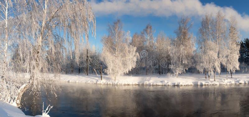 Paysage de matin d'hiver avec la brume sur la rivière avec la forêt, Russie, les Monts Oural photo stock
