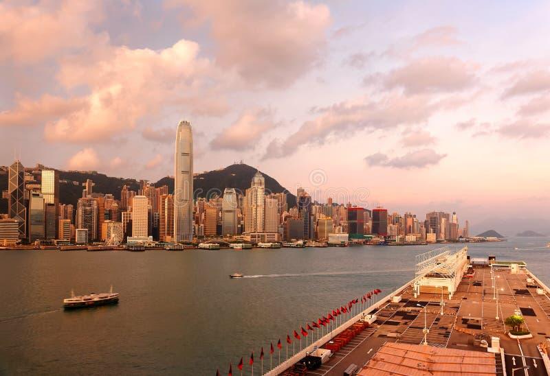 Paysage de matin de Hong Kong au lever de soleil avec le centre IFC de finance internationale parmi des gratte-ciel image stock