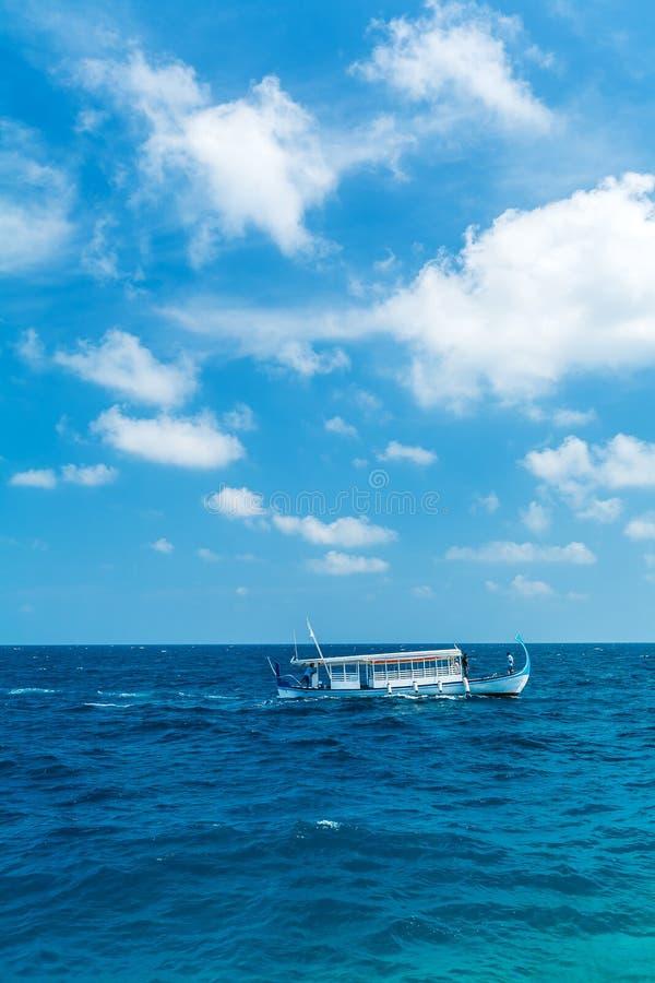 Paysage de mer avec un bateau traditionnel de Dhoni et les nuages, Mald photos libres de droits