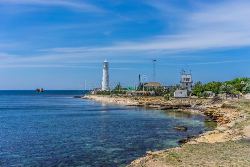 Paysage de mer avec vue sur le phare blanc photos stock