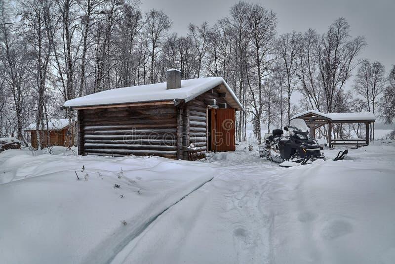 Paysage de Milou d'hiver avec la cabine de rondin image stock