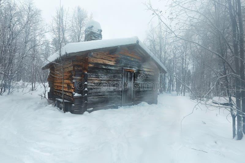 Paysage de Milou d'hiver avec la cabine de rondin images stock