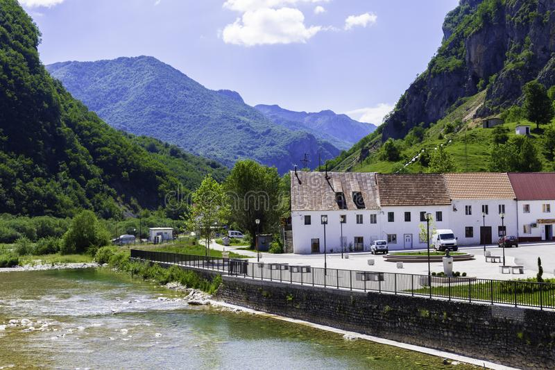 Paysage de Monténégro - la petite ville de Zabljak sur les banques d'une rivière de montagne photos libres de droits