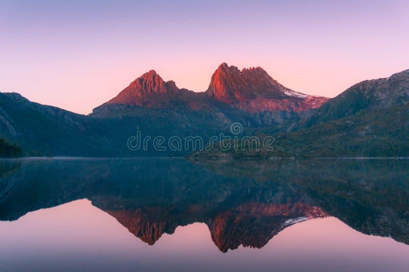 Paysage de montagne au lever de soleil Fond ensoleillé de nature de crêtes de montagne image libre de droits