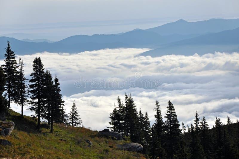 Paysage de montagne avec des nuages ci-dessus. Montagnes de Ceahlau, Roumanie photographie stock