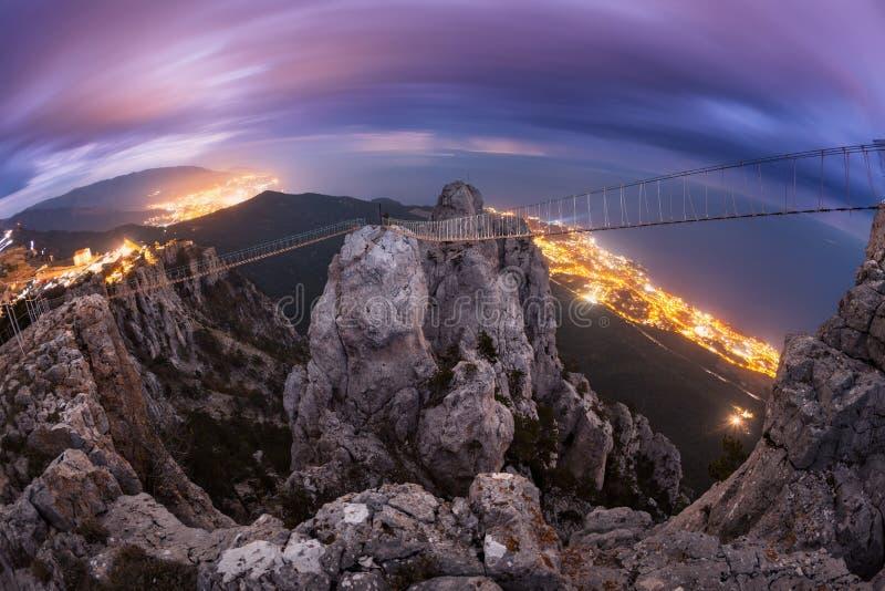Paysage de montagne avec la pleine lune en hausse la nuit images stock