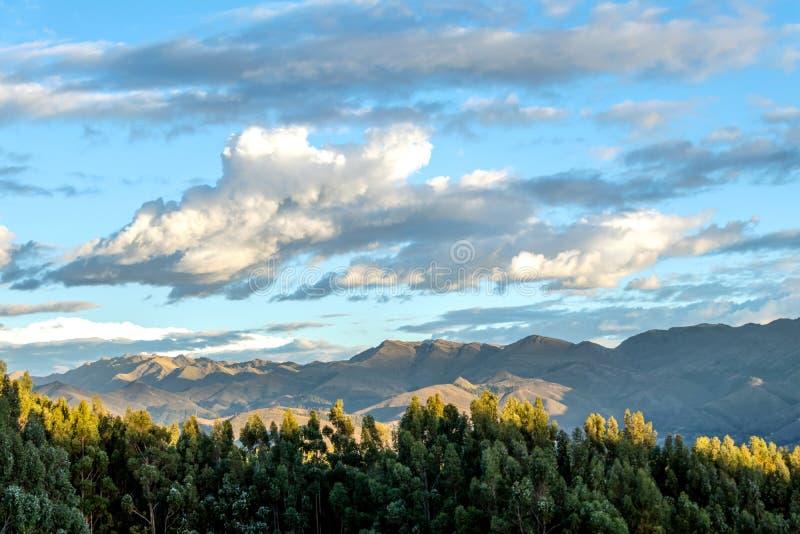 Paysage de montagne avec la vallée fertile au-dessous des forêts raides et des terrasses agricoles antiques au coucher du soleil photos stock