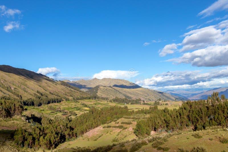 Paysage de montagne avec la vallée fertile au-dessous des forêts raides et des terrasses agricoles antiques au coucher du soleil image stock