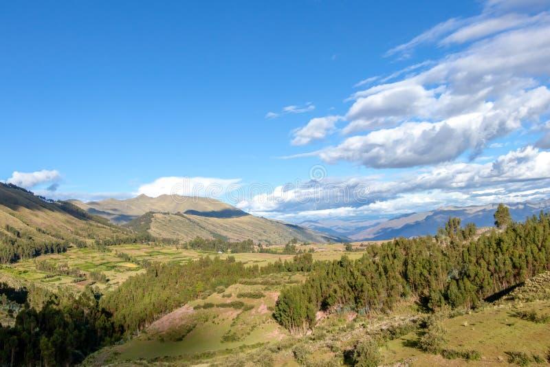 Paysage de montagne avec la vallée fertile au-dessous des forêts raides et des terrasses agricoles antiques au coucher du soleil image libre de droits