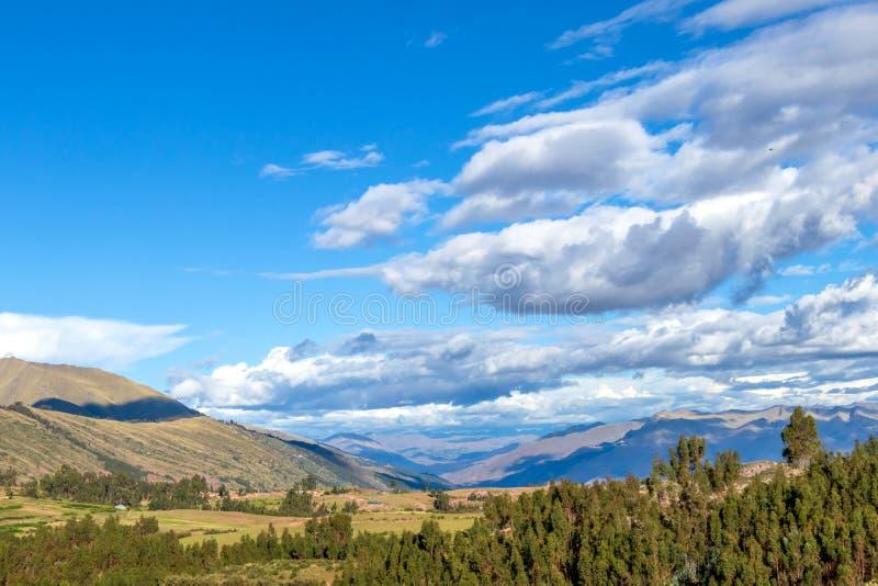 Paysage de montagne avec la vallée fertile au-dessous des forêts raides et des terrasses agricoles antiques au coucher du soleil photos libres de droits
