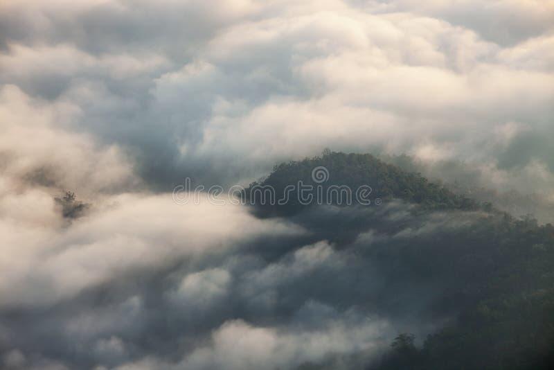 Paysage de montagne avec le brouillard au lever de soleil, Doi Samer Dao, Nan, Thaïlande images stock