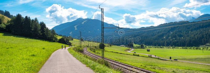 Download Paysage De Montagne Avec Le Chemin De Fer Image stock - Image du forêt, extérieur: 76075781