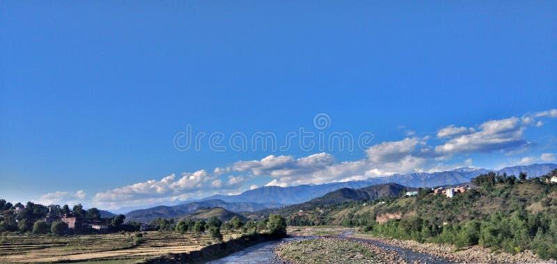 Paysage de montagne avec le ciel bleu de nuages photos stock
