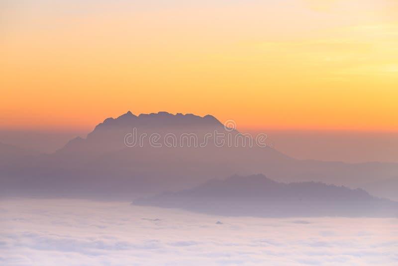 Paysage de montagne avec le lever de soleil de brume en Huai Nam Dang National P images stock
