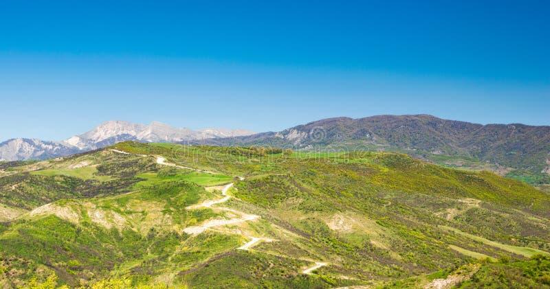Paysage de montagne avec vue sur la route serpentine photos libres de droits