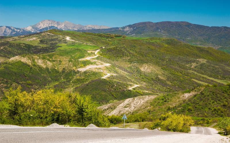 Paysage de montagne avec vue sur la route serpentine photographie stock