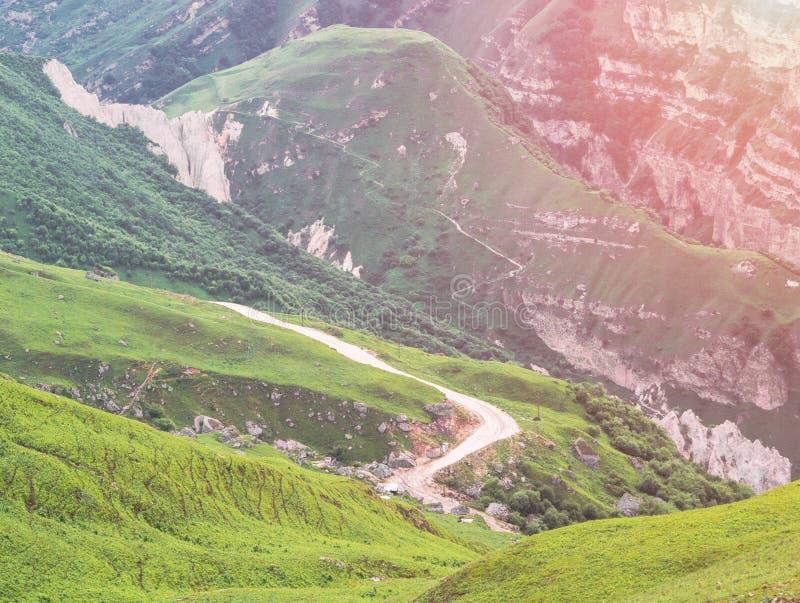 Paysage de montagne avec vue sur la route serpentine photographie stock libre de droits