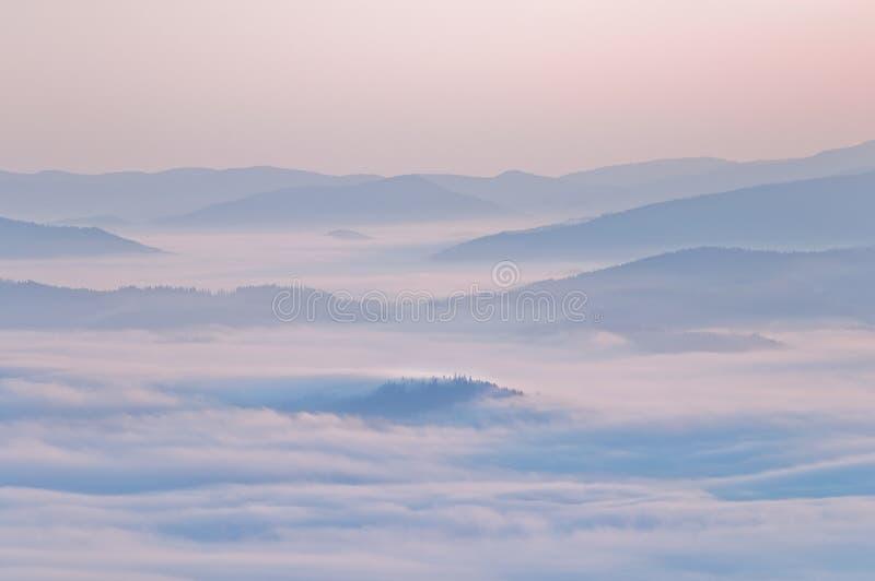 Paysage de montagne d'été avec le brouillard de mer images libres de droits