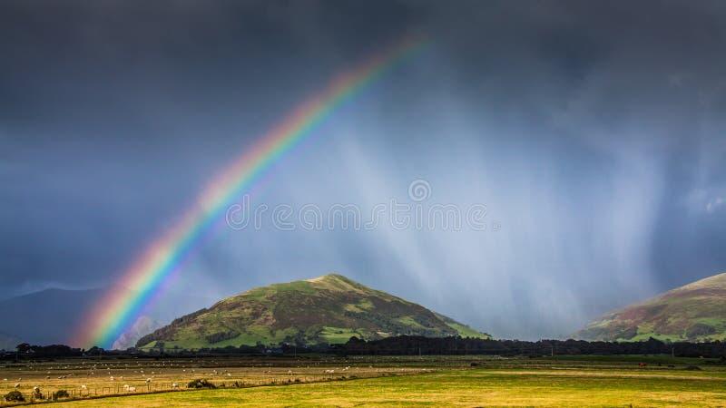 Paysage de montagne d'arc-en-ciel photographie stock