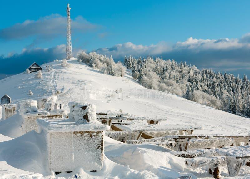 Paysage de montagne d'hiver avec le lieu de repos de givrage de givre photographie stock libre de droits