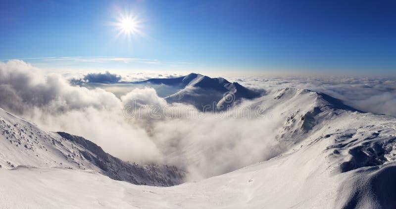 Paysage de montagne d'hiver avec le soleil - Slovaquie photos stock
