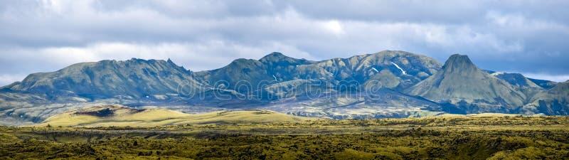 Paysage de montagne dans l'approche de la fissure volcanique de Lakagigar dans les sud de l'Islande Vue de la route Lakavegur F20 images stock