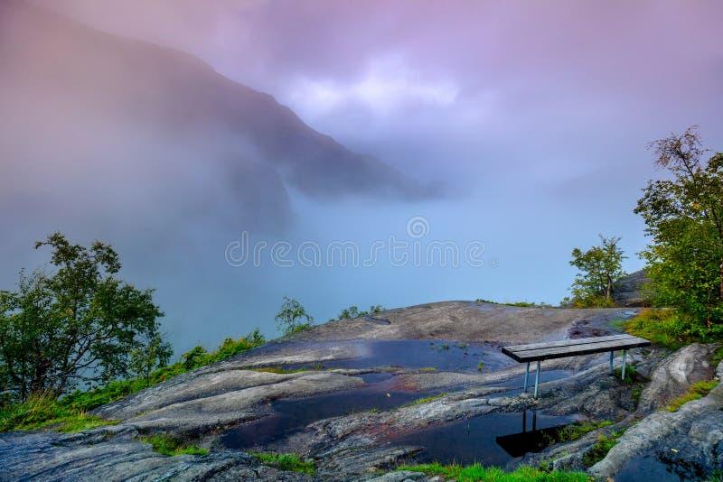 Paysage de montagne dans le début de la matinée photos stock