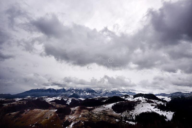 Download Paysage De Montagne Dans Le Jour Nuageux D'hiver Image stock - Image du ensuite, extérieur: 56478805
