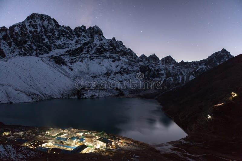 Paysage de montagne de l'Himalaya de nuit photos stock