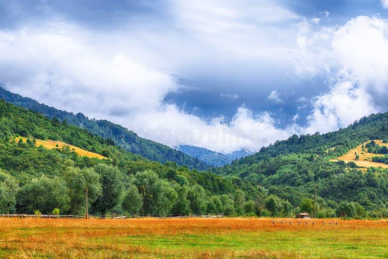 Paysage de montagne en été avec des cumulus photos stock