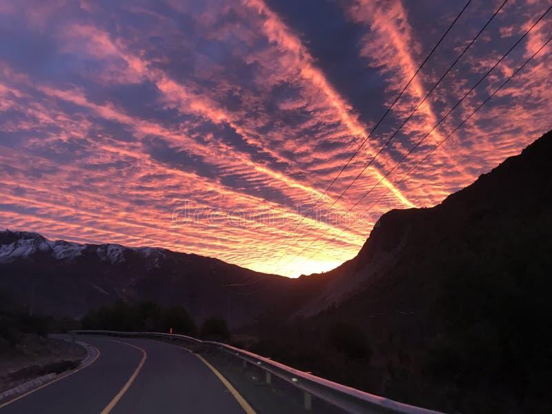Paysage de montagne et de coucher du soleil image stock