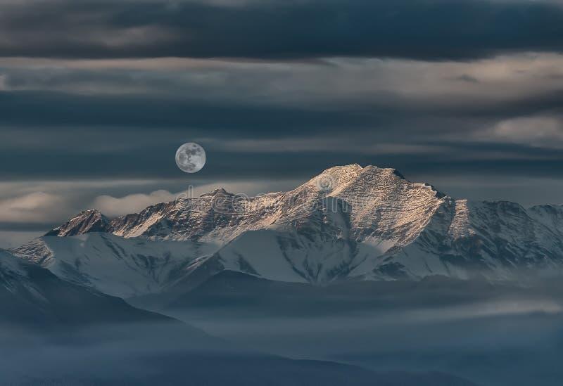 Paysage de montagne et de désert avec la neige images stock