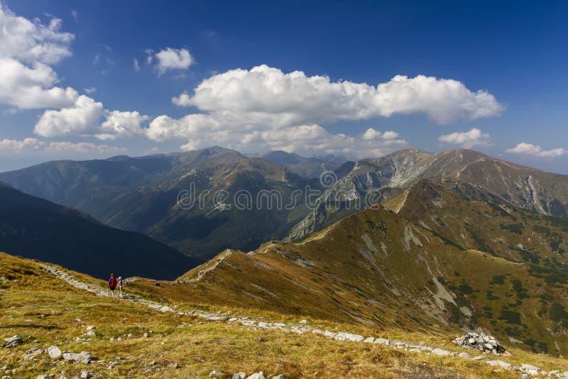 Paysage de montagne et les personnes sur la traînée photos libres de droits