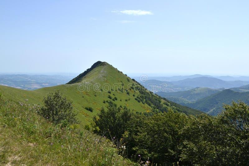 Paysage de montagne l'Apennines - en Italie photo stock