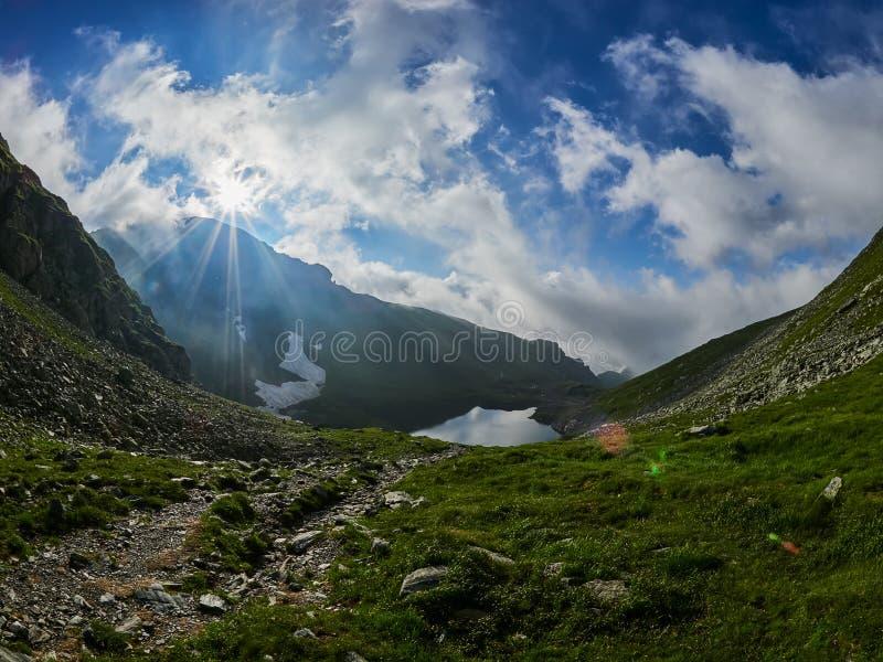 Paysage de montagne, lac Capra, montagnes de Fagaras, Roumanie au lever de soleil photos libres de droits